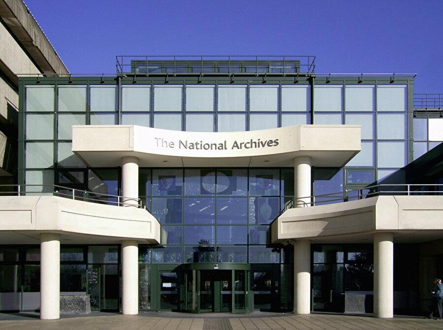 Londra'daki Chancery Lane, Kamu Kayıt Ofisi, 1838'den 2003'e kadar Birleşik Krallık ulusal arşivlerinin koruyucusuydu ve Kew merkezli Ulusal Arşivler oluşturmak için Tarihi El Yazmaları Komisyonu ile birleştirildi.