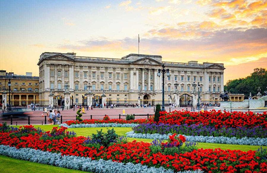 Buckingham Sarayı, sık sık devlet işlerinde ve yabancı devlet insanlarının ağırlanmasında kullanılır.