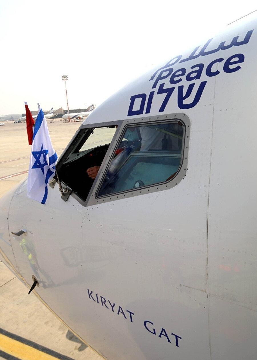 """Kiryat Gat adlı uçağa Arapça, İngilizce ve İbranice """"barış"""" ibaresi konuldu."""