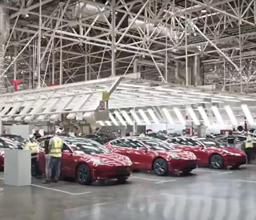 Videoda, Tesla'nın Şangay'daki fabrikasındaki sekiz robot görülebiliyor.