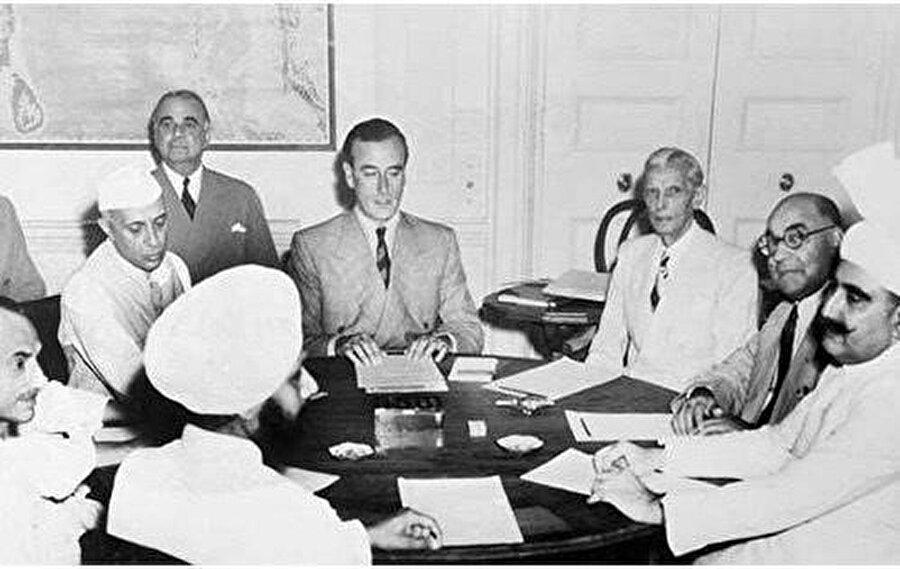 """3 Haziran 1947 Yeni Delhi'de bir yuvarlak masanın etrafında toplanan liderler ve yanındaki heyet, """"Britanya Hindistanı""""nın bölünerek Pakistan ve Hindistan adında iki devlet olarak """"bağımsız""""lıklarını ilan etmesi kararını aldılar."""