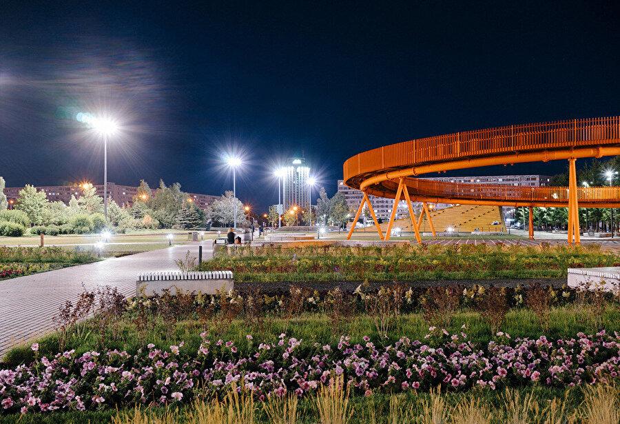 Azatlyk Meydanı, gece görüntüsü.