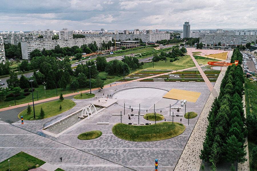 Meydanda çapraz kesişen eski iki gayri resmi yol, sağda yeşil meydan ve seyir platformu; solda çeşme ve oyun alanı yer alıyor.