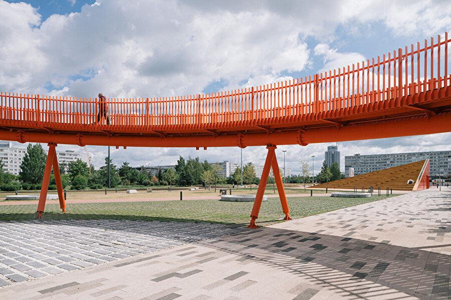 Spiral seyir platformu, Kamaz firmasının simgesi olan turuncu rengine boyalı.