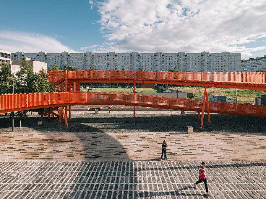 Spiral seyir platformunun strüktürel yapısı, gaz borusu üretiminde kullanılan teknoloji ile çelik profillerden üretilmiş.