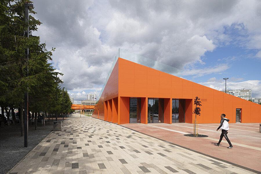 Amfitiyatro, Kamaz firmasının simgesi olan turuncu rengine boyalı.