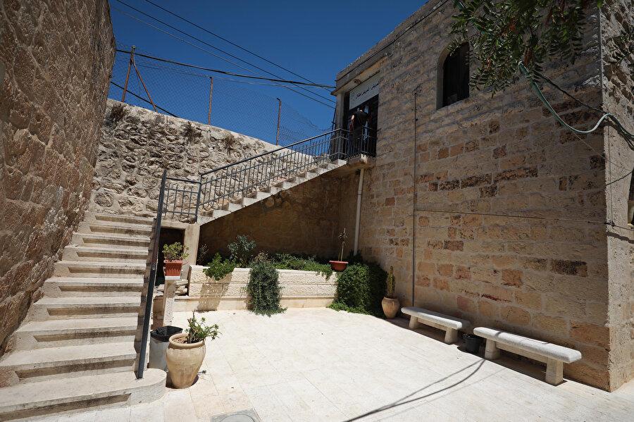 Bina, Osmanlı döneminde önemli bir yapı olduğunu düşündüren şekilde inşa edildi.