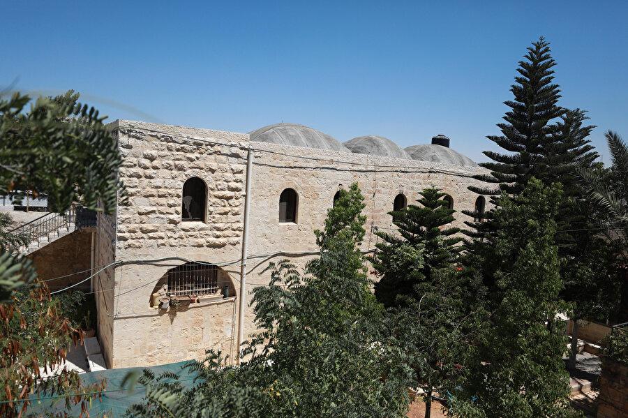 Kale şeklinde inşa edilen tarihi binanın kubbe ve kemerleri binayı farklı kılıyor.