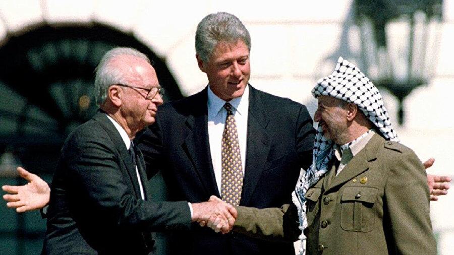 """1993'deki """"Oslo Anlaşması"""" İsrail ile Filistin temsilcilerinin üst düzeyde ilk direkt yüz yüze anlaşma çabası olarak tarihe geçmiştir."""
