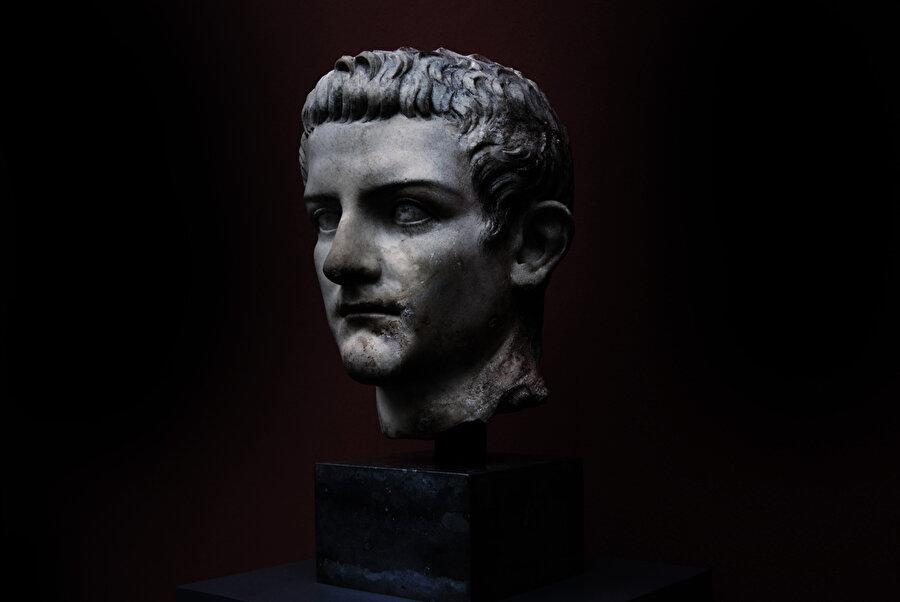 Caligula, aşırı savurganlığı, tuhaflığı, ahlaksızlığı ve acımasızlığıyla tanınır