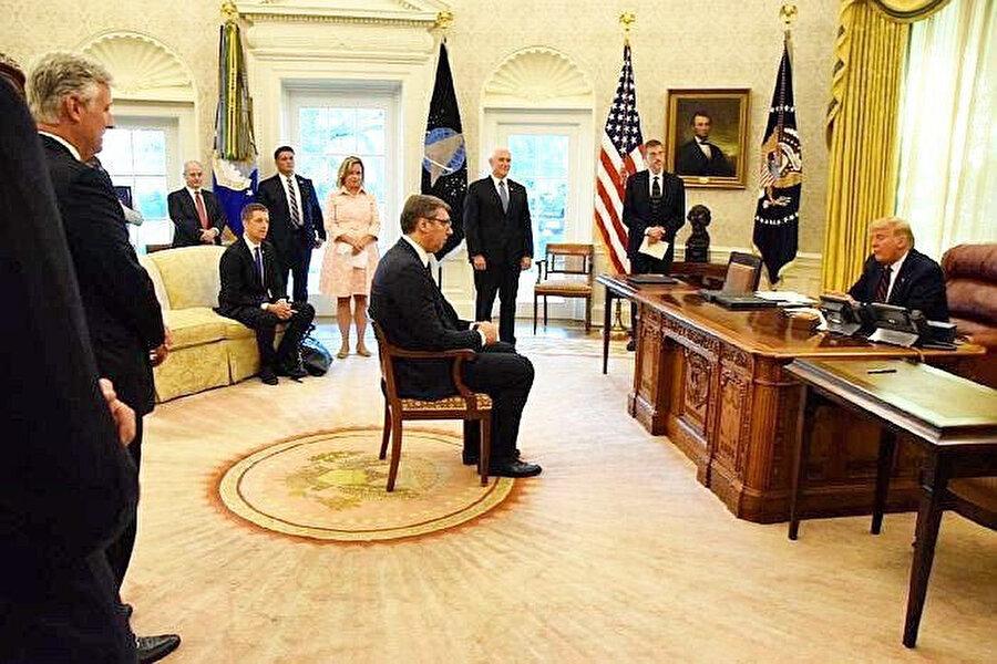 Sırbistan Cumhurbaşkanı Aleksandar Vucic'in ABD'de Kosova ile imzaladığı ekonomik normalleşme anlaşmasının içeriği ülkedeki muhalifler tarafından eleştirilirken, Sırp liderin Beyaz Saray'daki görüntüleri de tartışmalara neden oldu.