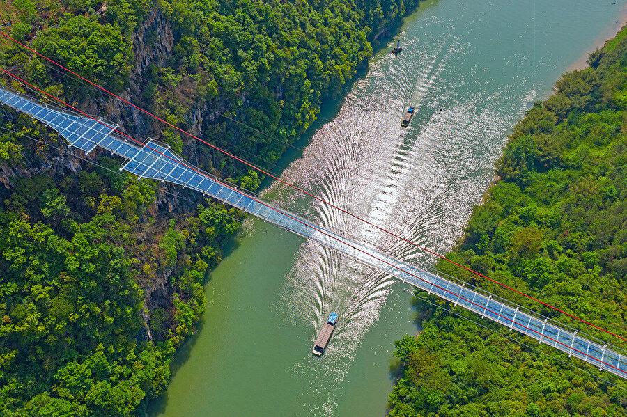 Köprü, Çin'in Guangdong Eyaletindeki Lianjiang Nehri üzerinde yer alıyor.