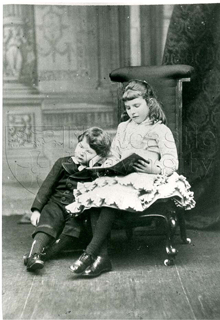 Bell'in 1875 yılında çekilmiş, kız kardeşi Maurice'e kitap okurken gösteren bir fotoğraf. Bell bu fotoğrafta 7 yaşında.