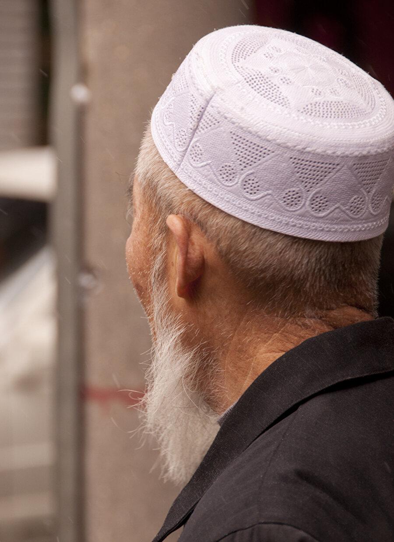 Bir anda yolun iki tarafında helal lokantaların, beyaz takkeli, başörtülü Müslümanların arasında buldum kendimi.