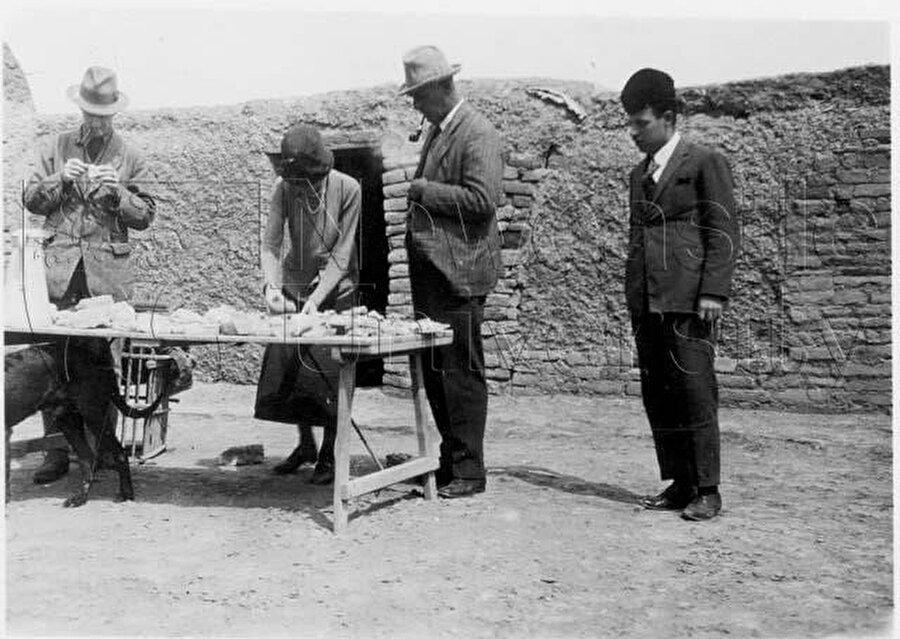 Bell'i, arkeolojik kazı sonrası kazıdan çıkan materyalleri tasnif ederken gösteren bir fotoğraf.