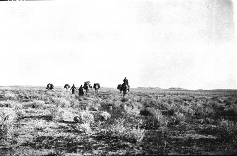 Gertrude Bell'in Hâil'e uzanan çöl yolculuğunda kendisi tarafından çekilen kafilesini gösteren fotoğraf.