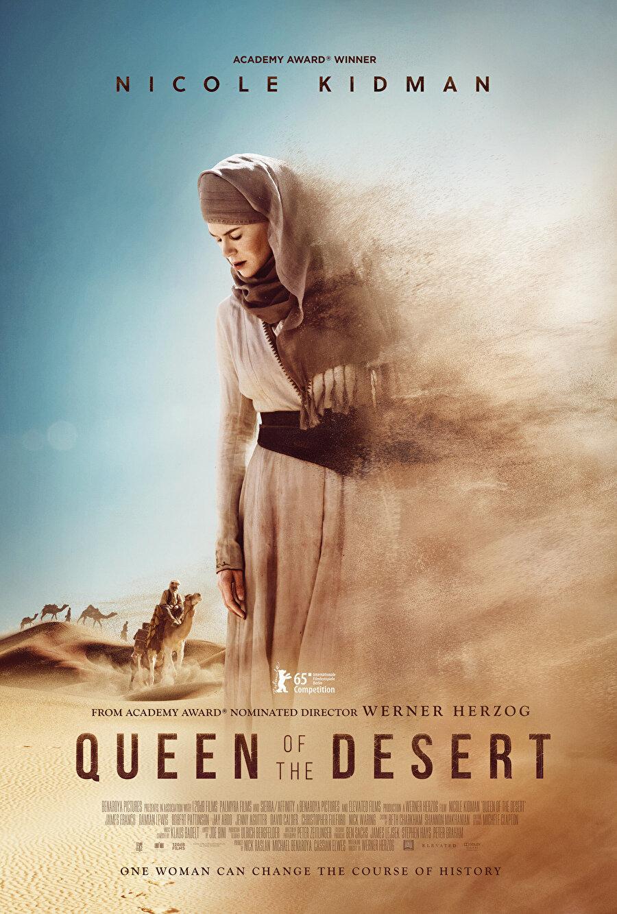 Nicole Kidman'ın Gertrude Bell'i canlandırdığı 2015 yapımı Queen of the Desert (Çöl Kraliçesi) isimli film her ne kadar burada Bell'i yerel kıyafetler içerisinde gösteriyor olsa da, onun Lawrence'ın aksine yerel kıyafetlerle ile çekilmiş bilinen bir fotoğrafı yoktur.