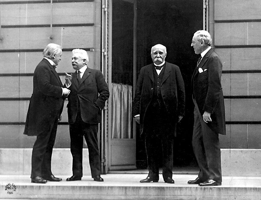 Paris Barış Konferansı esnasında çekilen, savaşın galiplerini gösteren bir fotoğraf. Soldan sağa: İngiltere'den David Lloyd George, İtalya'dan Vittorio Emanuele Orlando, Fransa'dan Georges Clemenceau ve Amerika'dan Woodrow Wilson.