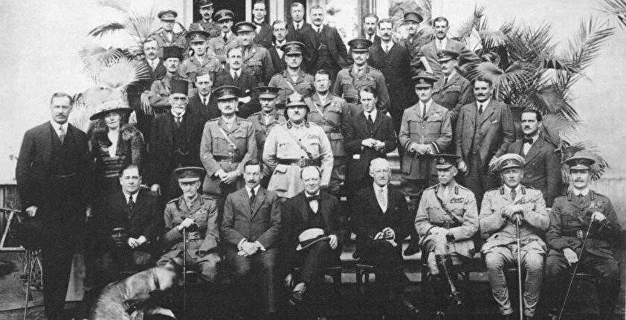 """Kahire Konferansı'ndan önce çekilen bir hatıra fotoğrafı. Gertrude Bell'in de karede olduğu fotoğraftaki 40 delegenin Churchill tarafından """"Kırk Haramiler"""" olarak adlandırılması bir hayli manidardır."""