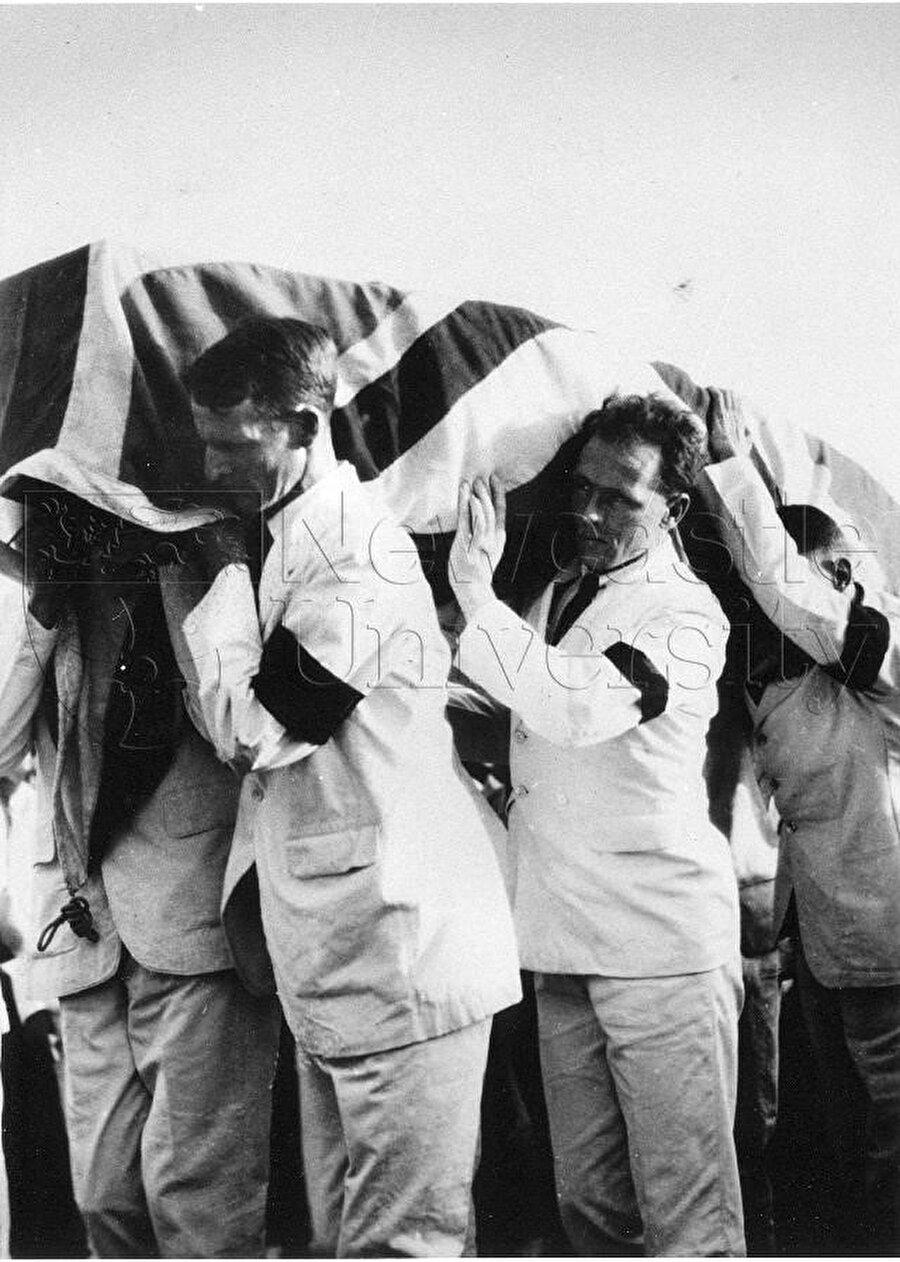 Bell'in omuzlar üstünde taşınan cenazesi. Bugün mezarı hâlâ Bağdat'tadır.