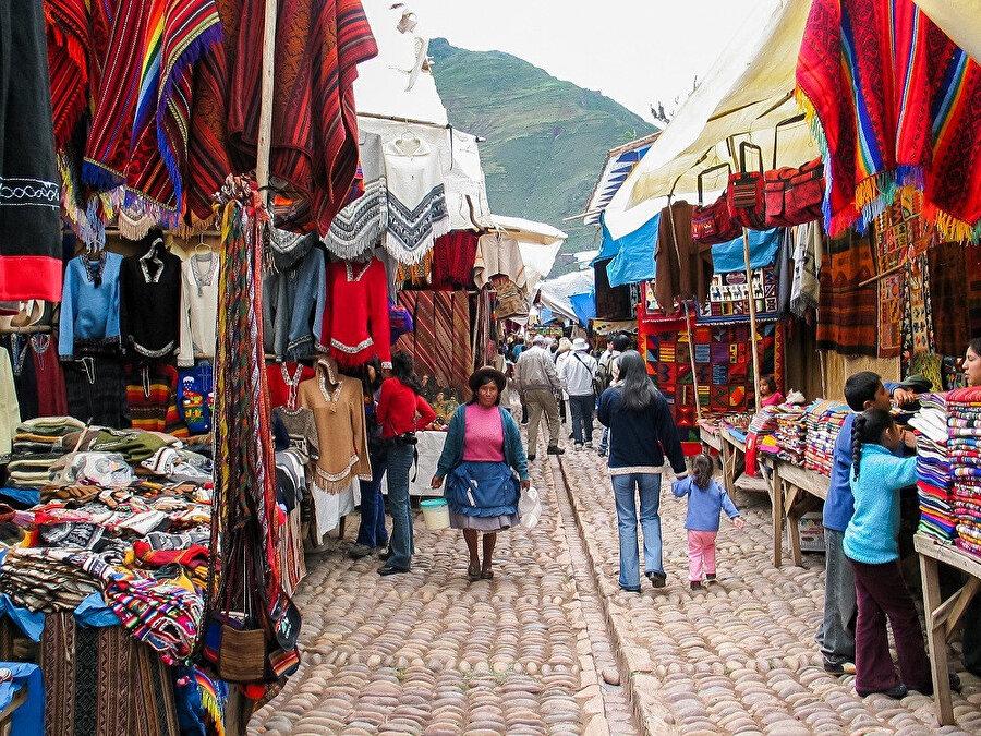 Şehir Urubamba Nehri kıyısında Valle Sagrado'da bulunur.