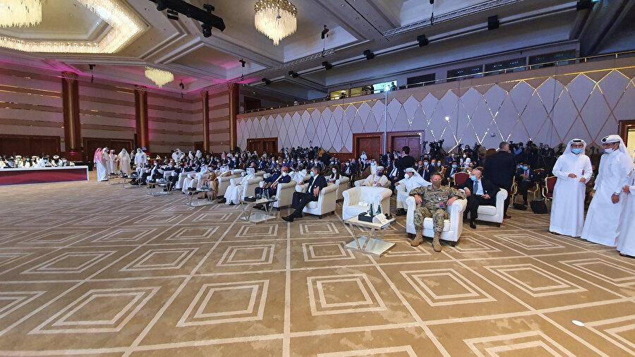 Görüşmelerin açılış törenine ABD Dışişleri Bakanı Mike Pompeo, NATO ve Afganistan'daki ABD Kuvvetleri Komutanı General Austin Scott Miller ile Afgan hükümeti ve Taliban'ı temsil eden heyetler katıldı.