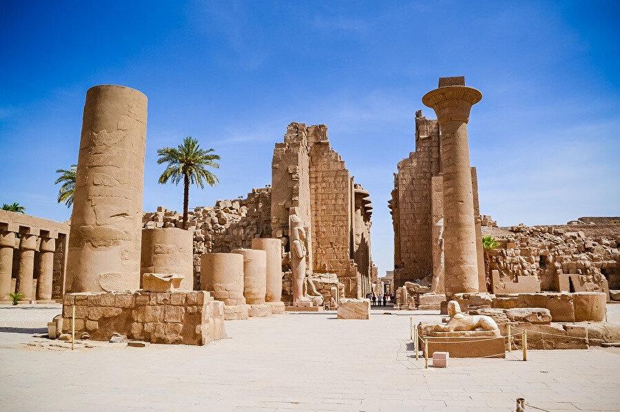 Karnak, Mısır'daki küçük bir köyün ismidir. Luksor'un 2,5 km kuzeyinde bulunan köyü hem bilim hem de turizm açısından önemli kılan en büyük özelliği tapınak kompleksidir.