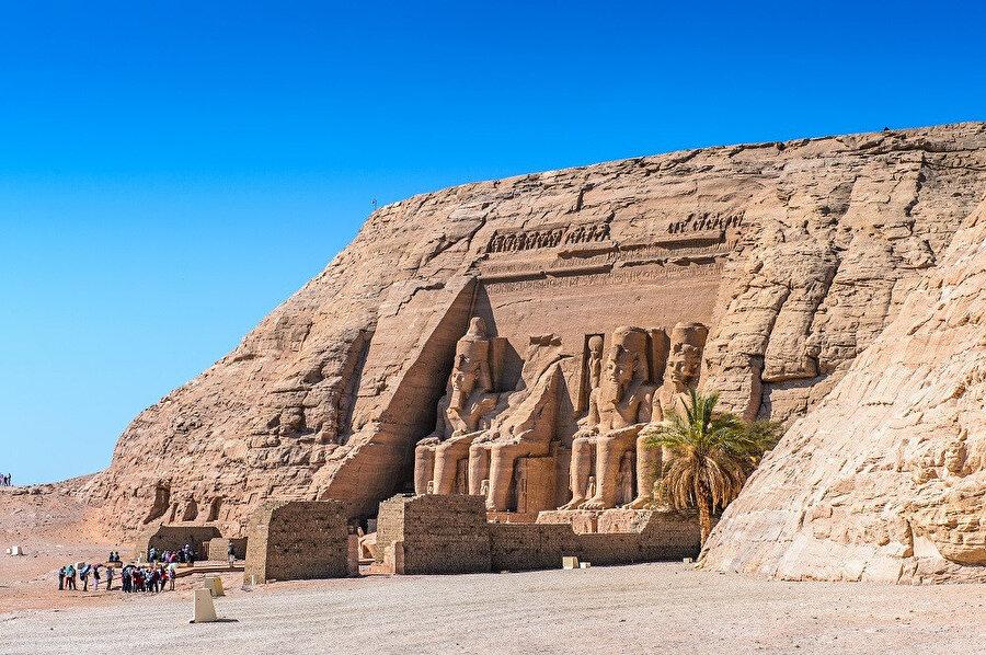 Ramses-II, Nubya'daki isyancıları bastırmak için yaptığı sefer sırasında bir fili takip ederek Ebu Simbel'e ulaşır. Ramses, buraya iki tapınak yapmaya karar verir.
