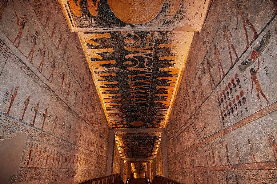 64 mezarın bulunduğu Krallar Vadisi'ne, ilk olarak I. Tutmose ve son olarak X. veya XI. Ramses defnedilmiştir.