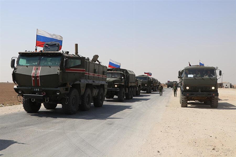 Rusya'ya ait yaklaşık 30 araçlık askeri konvoy, Ayn İsa ve Tel Temırı birbirine bağlayan M4 yolunu kullanarak, Kamışlı ilçe merkezine yöneldi.