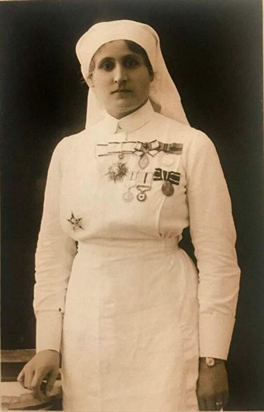 Hüseyin Safiye Hanım, hemşire üniforması ve madalyalarıyla