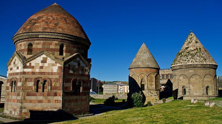 Üç Kümbetler, Erzurum'da bulunan 12. yy ile 14. yy tarihleri arasında yapıldıkları düşünülen tarihî kümbetle