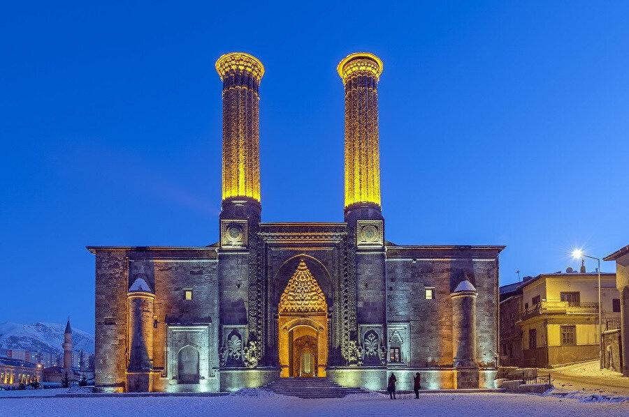 Çifte Minareli Medrese, Türkiye'de Erzurum İlinde bulunmaktadır. Selçuklular dönemine aittir.