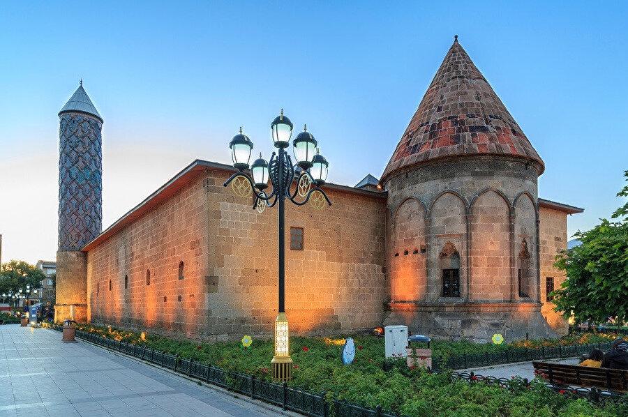Yakutiye Medresesi'ni, İİhanlı hükümdarı Olcaytu zamanında Emir Hoca Cemalettin Yakut tarafından 1310 yılında inşa ettirilmiştir.