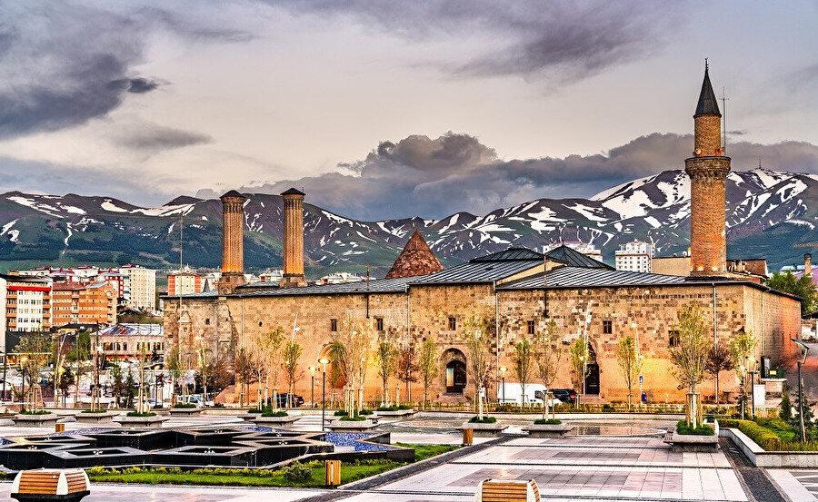 Erzurum Ulu Cami, Türkiye'de Erzurum ili, Yakutiye ilçesinde bulunan ve şehrin en eski, en büyük camisi olma özelliğini taşıyan camidir
