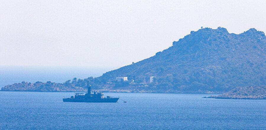 Meis Adası etrafındaki askeri hareketlilik sürerken, adadan hareket eden bir Yunan feribotunun Karaada mevkisine gittiği görünüyor.