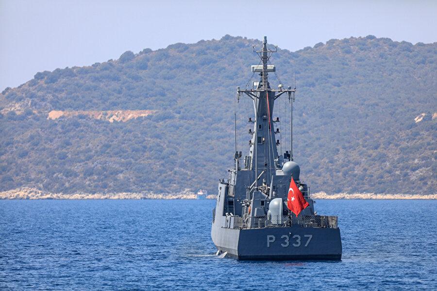 Türk Sahil Güvenlik teknesi rutin devriyelerinden birini gerçekleştirirken görünüyor.