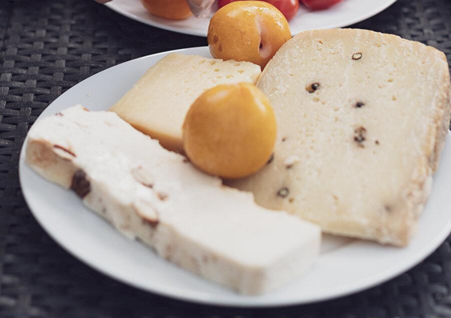 Tansiyonu tetikleyen gıdalar: Yöresel peynirler.