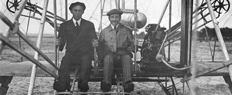 Wright Kardeşler, Orville, Wilbur, tarihte ilk defa motorlu uçak uçuran Amerikalı kardeşlerdir.
