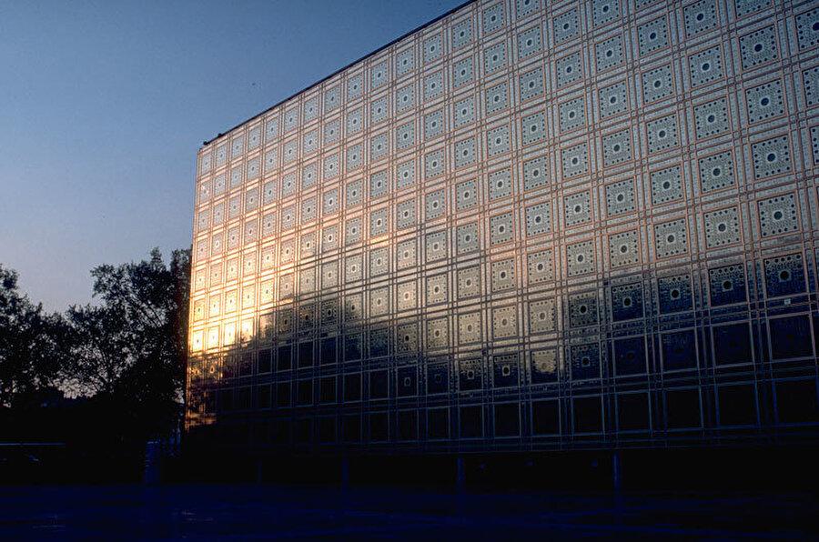 Arap Dünyası Enstitüsü, Jean Nouvel, Pierre Soria ve Gilbert Lezénés, Paris, Fransa (1989).