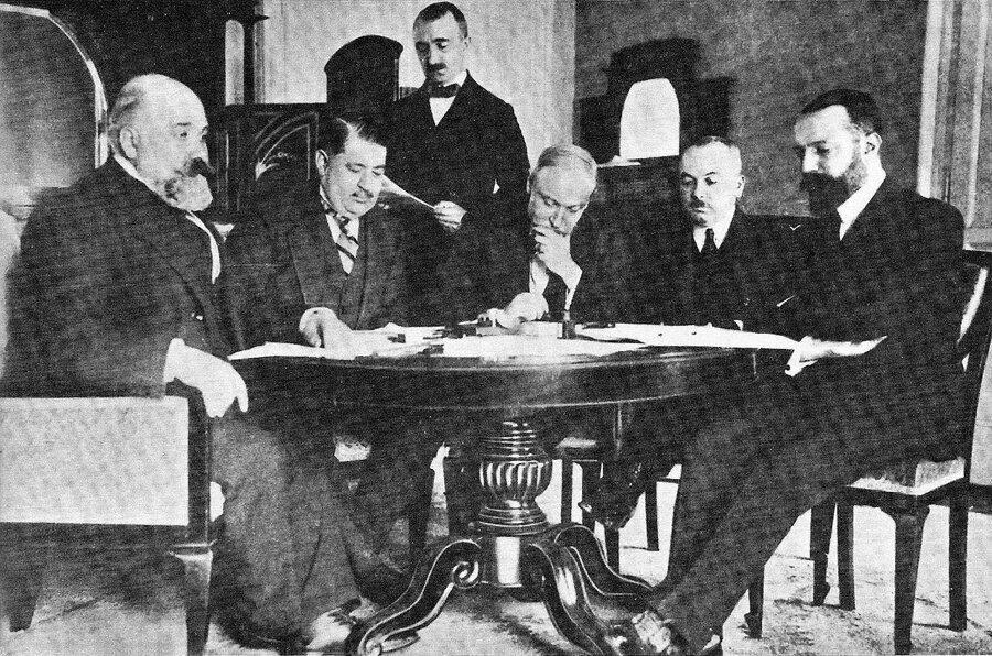Uşi Antlaşmasına göre Trablusgarb ve Bingazi İtalyanlar'a bırakılmaktadır.
