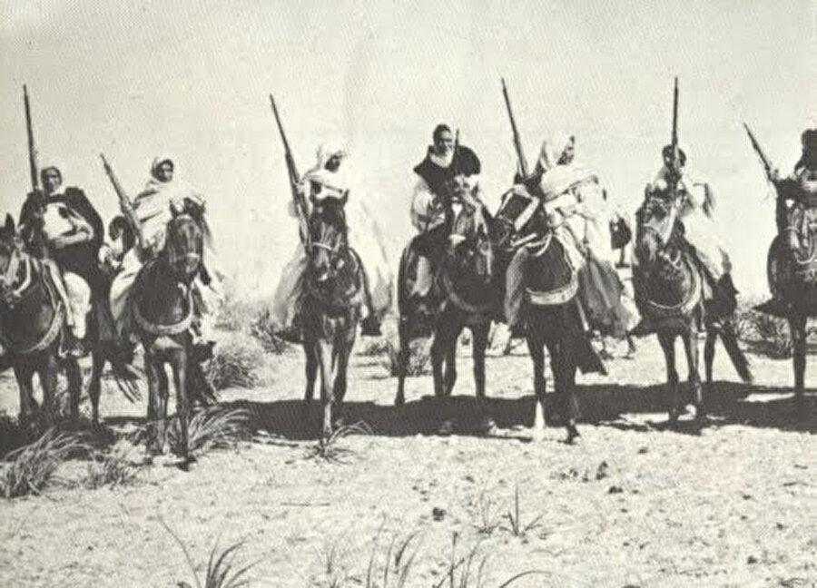 Ömer Muhtar, Senusi savaşçılarıyla birlikte.