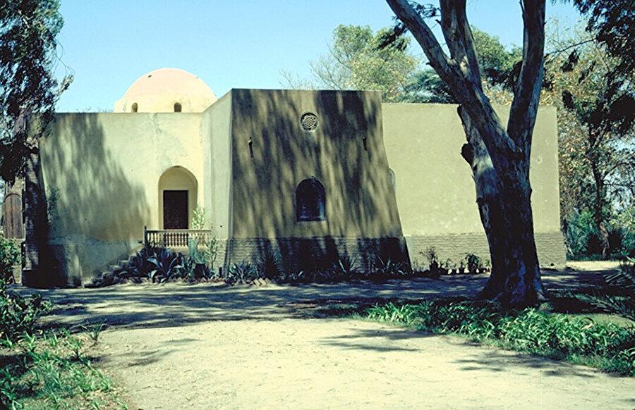 Fayum Gölü'nde uzun ince bir yarımada üzerinde yer alan Hamdi Saif Evi (1945), ev sahibinin dönemlik ziyaretlerinde kullanması için inşa edilmiş.