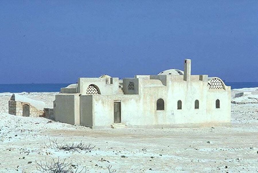Mimarın Mısır'da kendisi için tasarladığı Fathy Evi (1971). Yapıda tipolojileri ve geleneksel formlarla diğer kültürlerden gelen etkileri birleştirmiş ve kendi stiline dönüştürmüş. Fathy'nin tarzının küçük bir özeti niteliğinde.