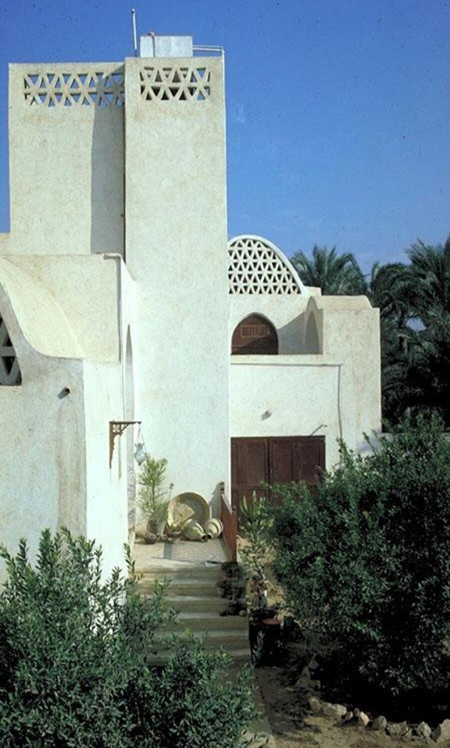 Akil Sami Evi, 1978. Yerel yönetiminin kerpiçi yasaklamış olması sebebiyle yerel kireç taşından yapılmış.