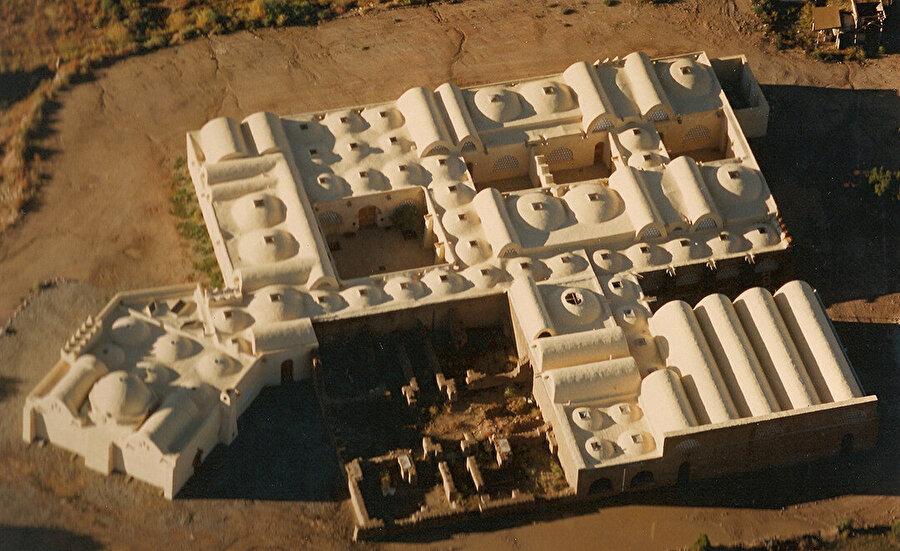 Dar-ul İslam (1981), Fathy'nin üstlendiği son topluluk projesi. New Mexico'da yer alan kompleks, tarihi Abiquiu köyünün karşısındaki dağlık bir plato üzerinde bir cami ve bir okul binası olarak inşa edilmiş.