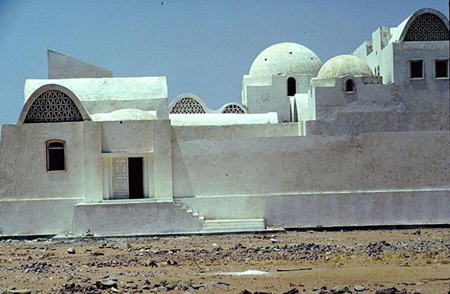 Sadat Pansiyonu, 1981. Nubia'daki Nasser Gölü çevresindeki izole bölgeye gezilerde kullanılmak üzere bir dinlenme evi olarak tasarlanan konut, aslında her biri sıralı olarak düzenlenmiş üç ayrı binadan oluşuyor.