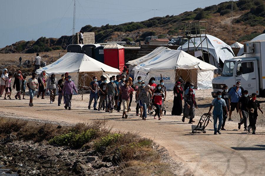 Moria bölgesini terk eden aralarında kadın ve küçük çocukların da bulunduğu binlerce sığınmacı 7 gecedir çevredeki boş arazilerde ve sahillerde konaklıyor.