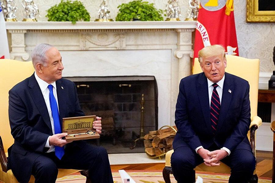 Trump, Netanyahu'ya Beyaz Saray'ın anahtarını hediye etti
