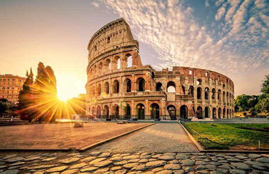 İtalya'nın başkenti Roma'da bulunan Flavianus Amfitiyatro olarak da bilinen Kolezyum bir arenadır.